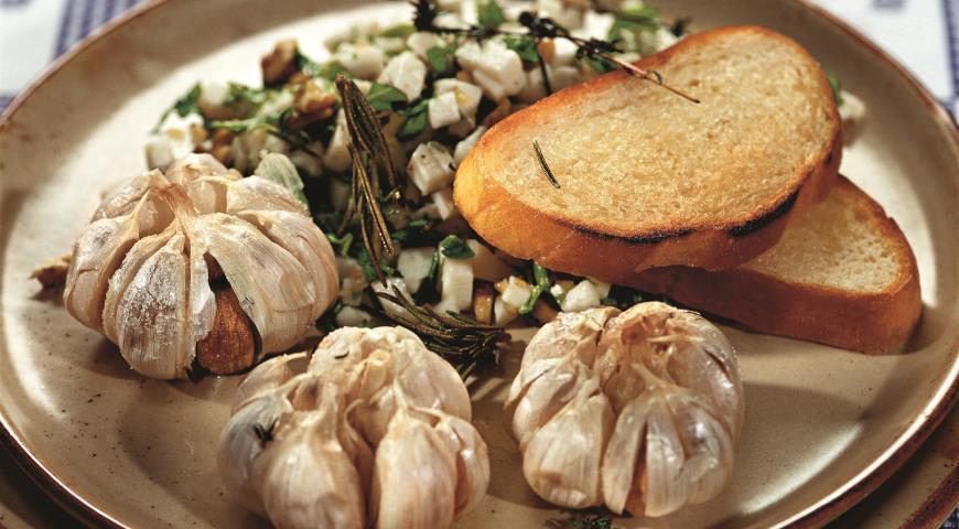 Рецепт Запеченый чеснок с козьим сыром