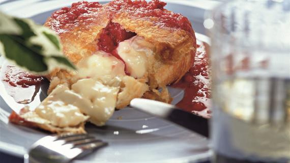 Запеченный сыр с клубничным соусом, пошаговый рецепт с фото: http://www.gastronom.ru/recipe/6185/zapechennyj-syr-s-klubnichnym-sousom
