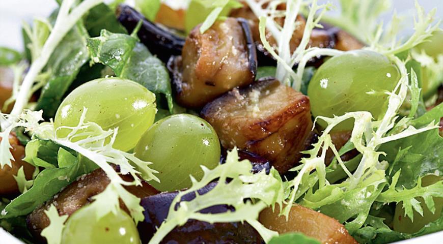 Рецепт Горячие баклажаны с виноградом и соусом из лесных орехов