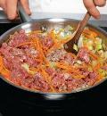 Фото приготовления рецепта: Пастуший пирог (shepherds pie), запеканка из картофеля и бараньего фарша, шаг №3