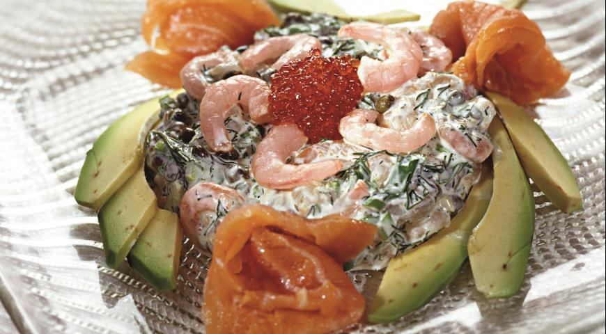 Рецепт Копченая форель с креветочным салатом