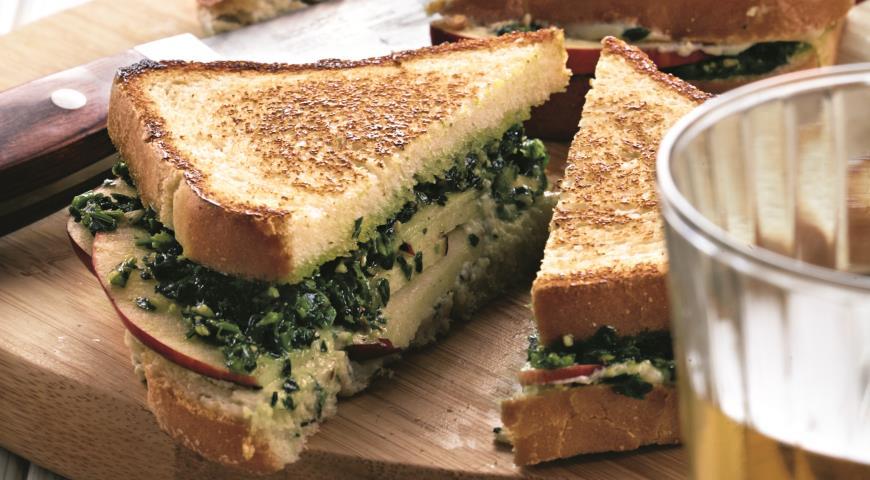 Рецепт Горячий сэндвич с голубым сыром, орехами и яблоками