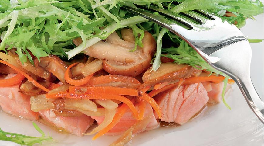 Рецепт Теплый салат с ломтиками лосося и белыми грибами