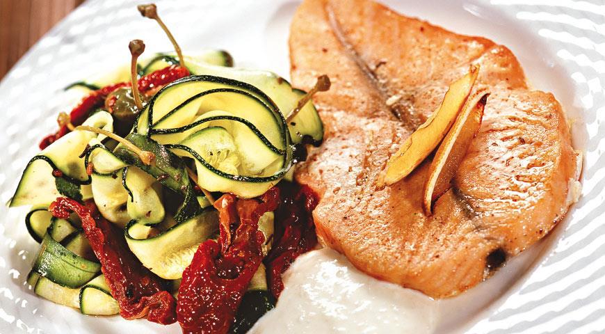 Рецепт Лосось со сливочным соусом и салатом из цукини