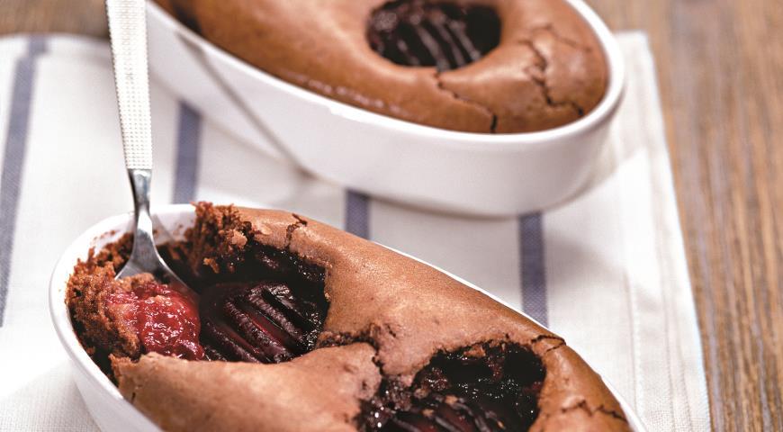 Рецепт Клафути с шоколадом и сливами