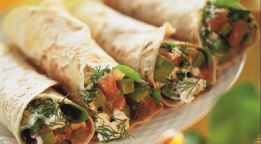 Рецепт Рулетики с копченым лососем, авокадо и перцем