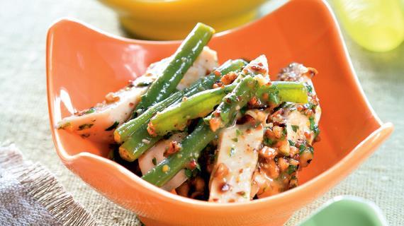 Салат из зеленой фасоли с индейкой и фундуком