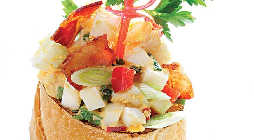 Рецепт Яичный салат с хреном и беконом
