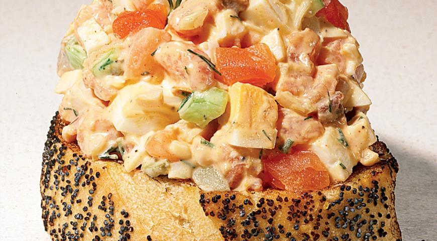Рецепт Яичный салат с копченым лососем и вяленными на солнце томатами