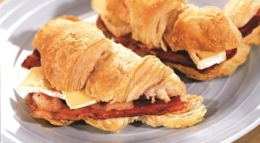 Круассан с ветчиной и сыром бри к завтраку, пошаговый рецепт с фото