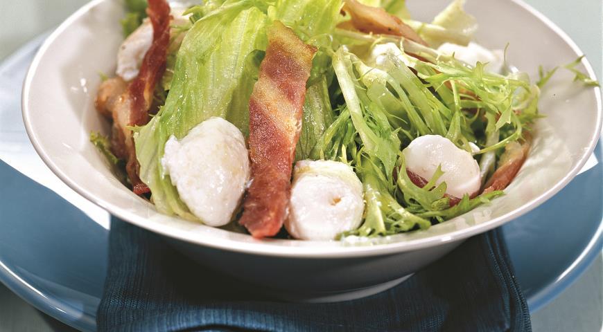 Рецепт Зеленый салат с перепелиными яйцами-пашот и беконом