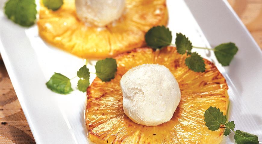 Рецепт Десерт из ананаса с мороженым