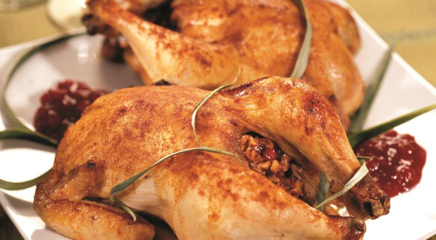 Рецепт Цыплята с грецкими орехами и брусничным соусом