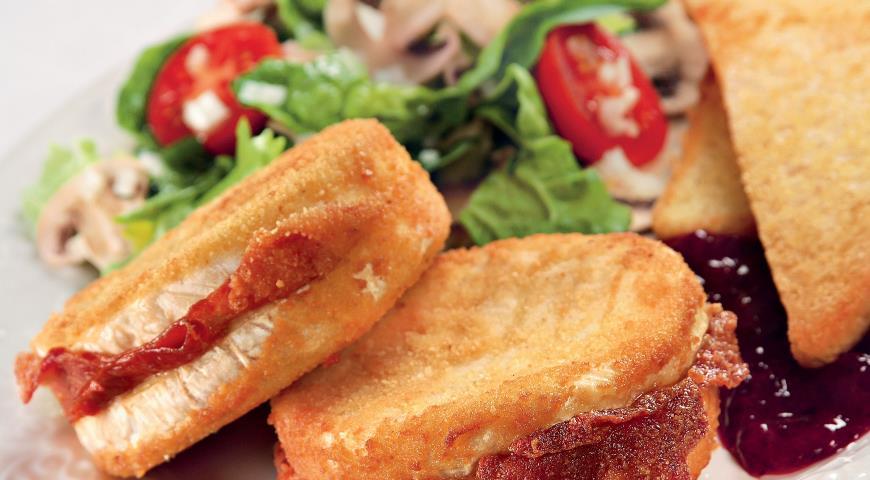 Рецепт Камамбер во фритюре с брусничным соусом и салатом из шампиньонов