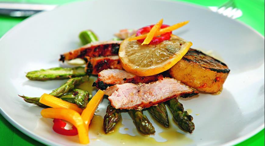 Рецепт Куриное филе на гриле, маринованное с пряной зеленью, сушенными на солнце помидорами и цедрой цитрусовых