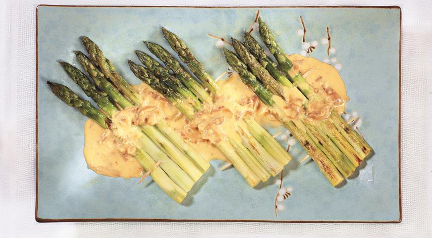 Рецепт Жареная спаржа с соусом из сыра и ветчины