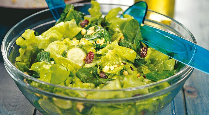 Рецепт Зеленый салат с орехами и изюмом