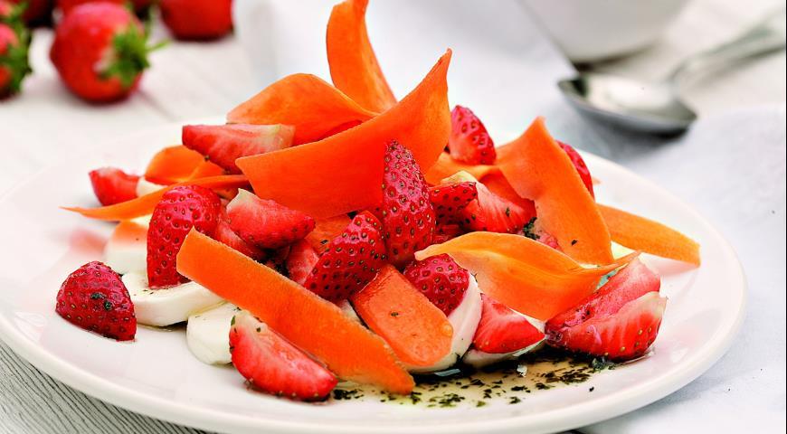 Рецепт Салат из моркови, клубники и моццареллы