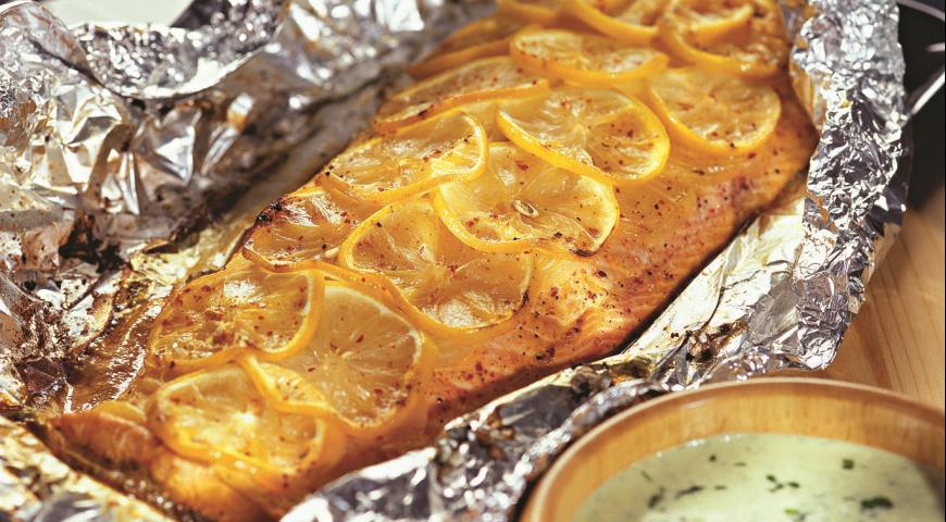 Рецепт Лосось, запеченный с луком и лимоном