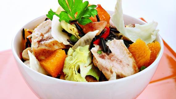 Китайский салат из дикого риса с курицей
