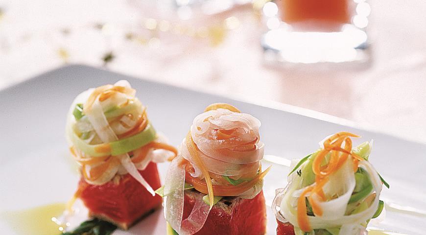 Рецепт Ломтики тунца со спагетти из овощей