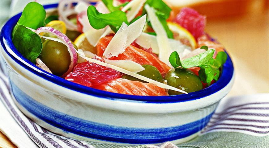 Рецепт Салат из лосося с грейпфрутом и рукколой