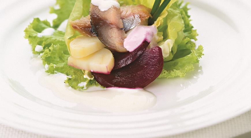 Рецепт Салат из копченой скумбрии с молодым картофелем