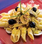 Паста с соусом из грибов с шафраном и грецкими орехами