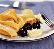 Рецепт Блины с белым шоколадом и черным виноградом