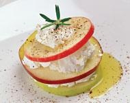 Рецепт Яблоки, прослоенные легким козьим сыром