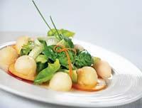 Рецепт Салат из огурца, дыни и персиков с имбирной заправкой