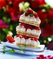 Рецепт Башенки из миндальных меренг с мороженым и ягодами