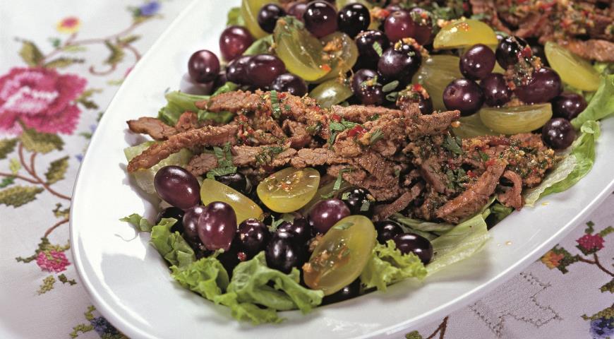 Салаты с мясом и виноградом 6