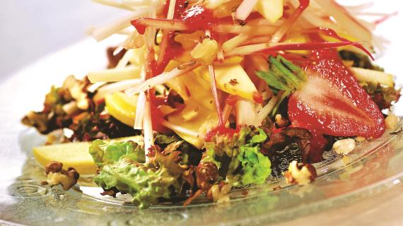 Салат из яблок, клубники и ревеня с грецкими орехами