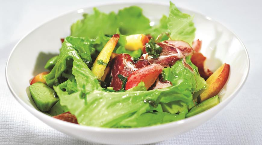 Рецепт Салат из нектаринов, авокадо и ветчины