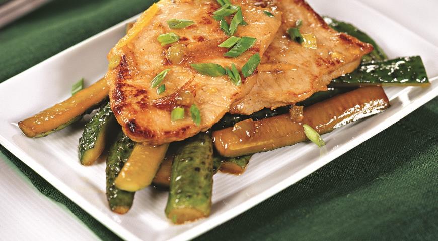 Рецепт Свинина в медовом соусе с жареными огурцами