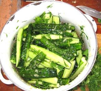 Рецепт Салат из малосольных огурцов, чеснока и зелени