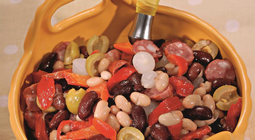 Рецепт Салат из фасоли с колбасками
