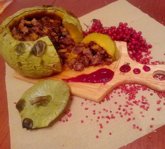Рецепт Говядина с черносливом в запеченной тыкве под бруснично-медовым соусом