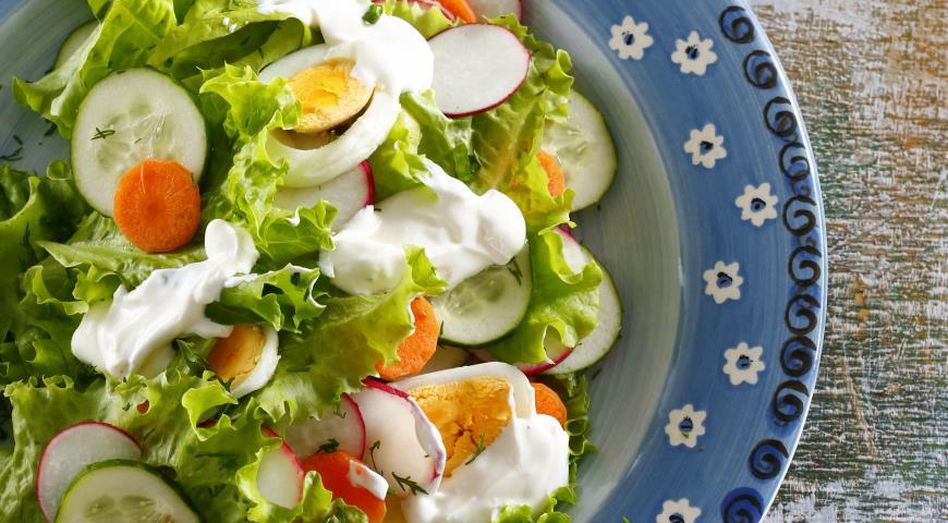 Рецепт Салат из молодых овощей и яиц