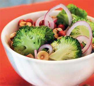Рецепт Салат из брокколи с клюквой и фундуком
