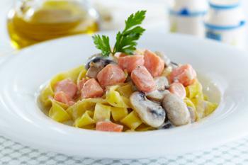 Рецепт Феттуччине с семгой в соусе из сыра с голубой плесенью
