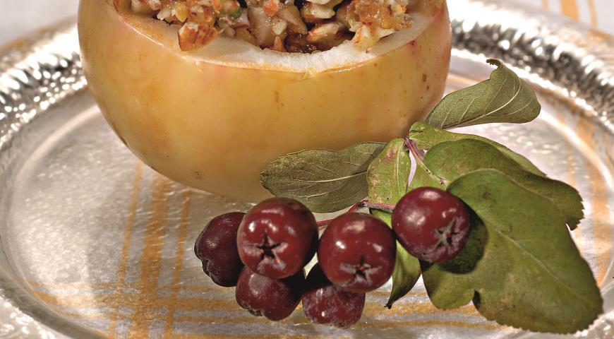Запеченные яблоки с грецким орехом и медом