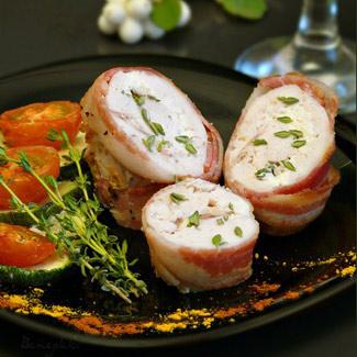 Рецепт Куриные рулеты в беконе, фаршированные козьим сыром и тимьяном, запеченные с овощами