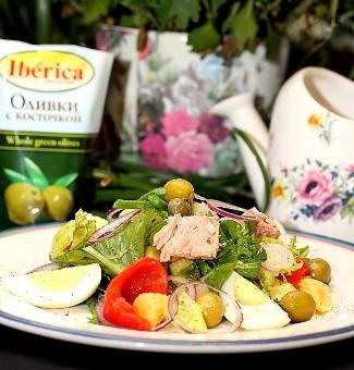 Рецепт Микс салата с тунцом, спаржей и зелеными оливками