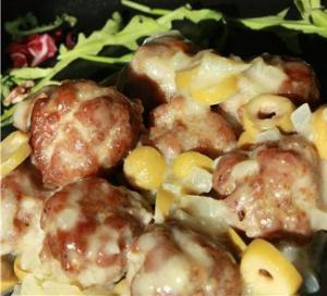 Фрикадельки в соусе из оливок