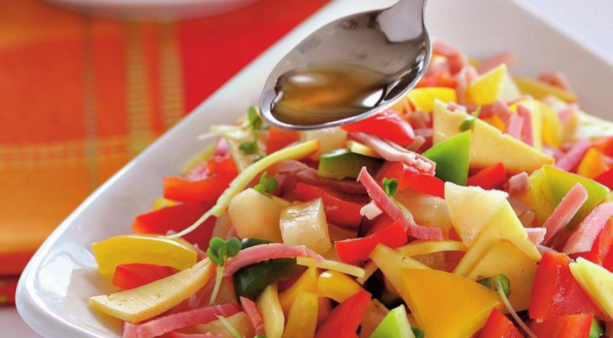 Рецепт Салат из трех перцев с окороком и сыром