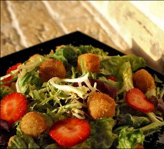 Рецепт Салат с жареным сыром и клубникой