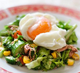 Рецепт Салат с тунцом и яйцом-пашот