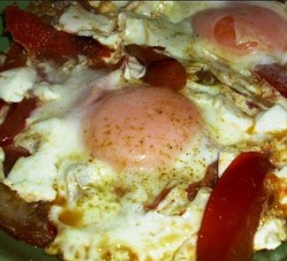 Рецепт Яичница-глазунья с помидорами и фетой